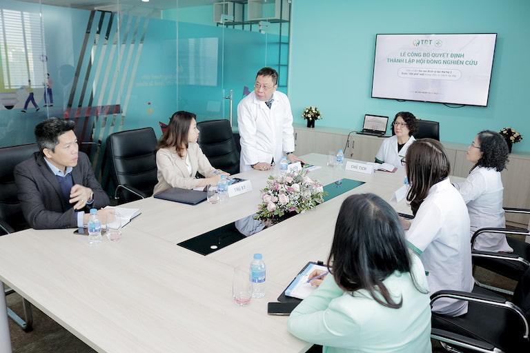 Các y, bác sĩ, thành viên hội đồng cùng tham gia đóng góp ý kiến