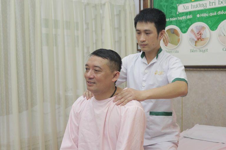 NS Chiến Thắng hỗ trợ điều trị bệnh dạ dày bằng vật lý trị liệu