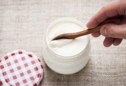 Sữa chua là đáp án quan trọng của câu hỏi bà bầu bị đau dạ dày nên ăn gì