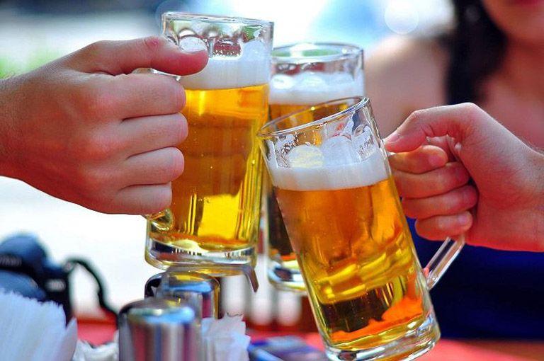 Khi đau thượng vị nên làm gì? Kiêng đồ uống có gas, rượu bia