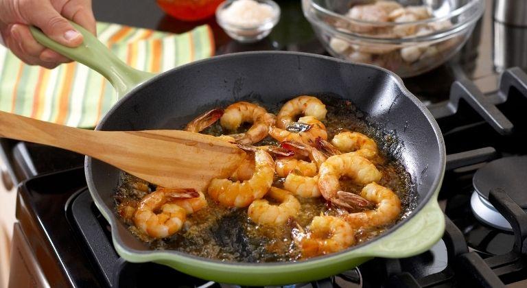 Tránh sử dụng đồ ăn nhiều dầu mỡ, nhiều gia vị