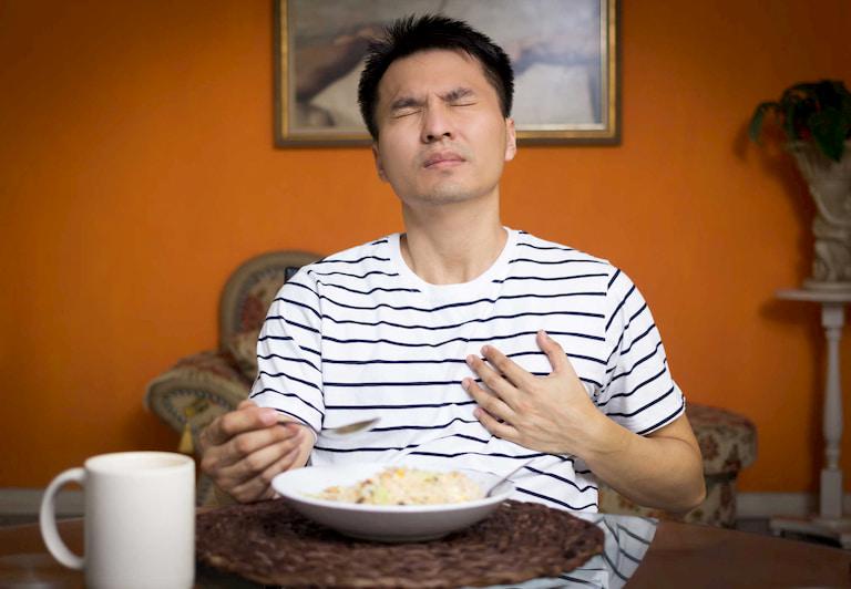 Chướng bụng, đầy hơi, ăn không ngon miệng là những biểu hiện điển hình của bệnh dạ dày mà anh Lượng đã gặp phải