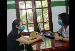 BS Tuyết Lan trực tiếp thăm khám và điều trị cho cô Xuân Phương