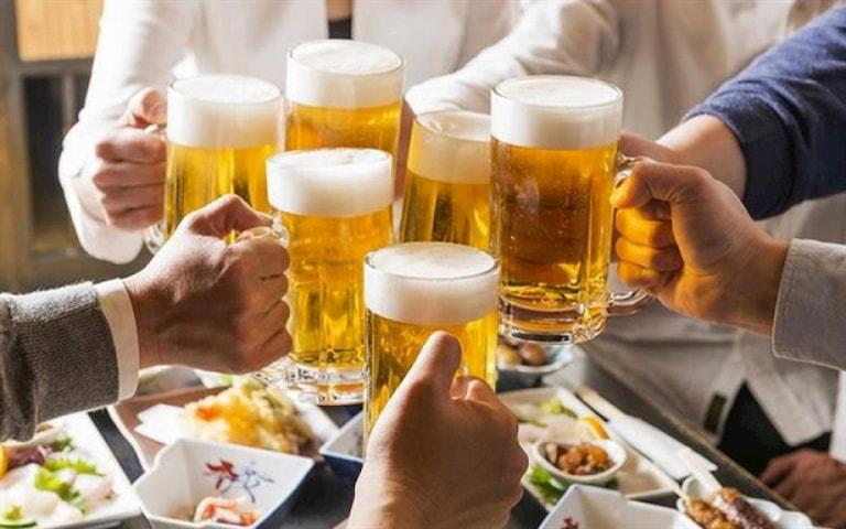 Ăn uống không lành mạnh, tiêu thụ nhiều rượu bia làm gia tăng nguy cơ bị trào ngược dạ dày