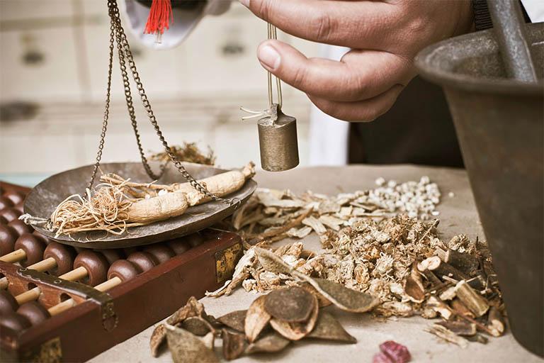 Bài thuốc Đông Y có sự kết hợp giữa các thảo dược thiên nhiên mang đến hiệu quả điều trị cao