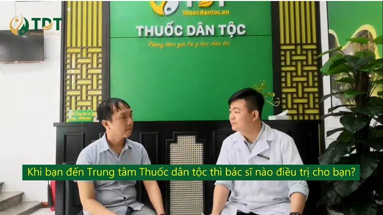 Anh Huỳnh Duy Khải (bên trái) đang nói chuyện với bác sĩ Trần Mạnh Xuyên