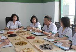 Các y bác sĩ cùng nhau tham gia nghiên cứu thuốc
